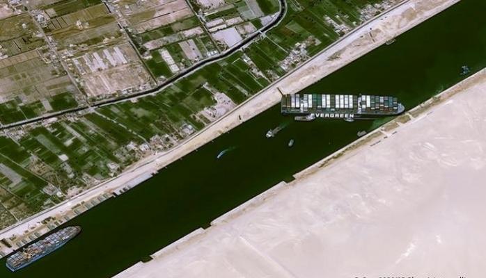 Dünya ticaretinin gözü Süveyş Kanalı'nda