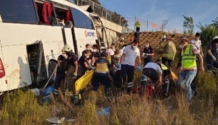 Yolcu otobüsü üst geçidin duvarına çarptı