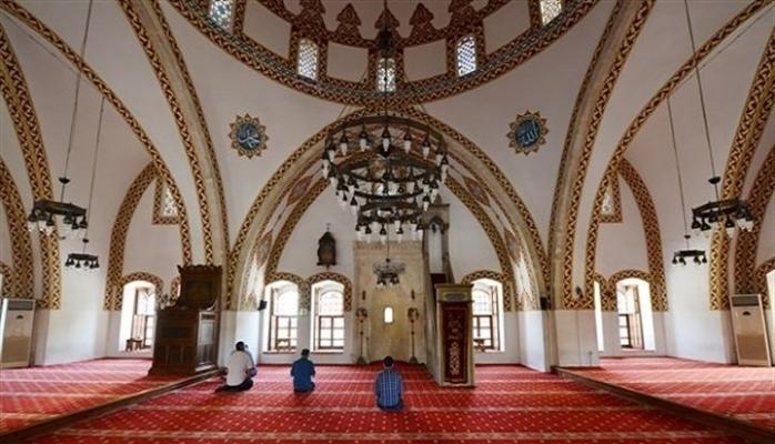 Camiye giren yılan cemaati korkuttu VİDEO