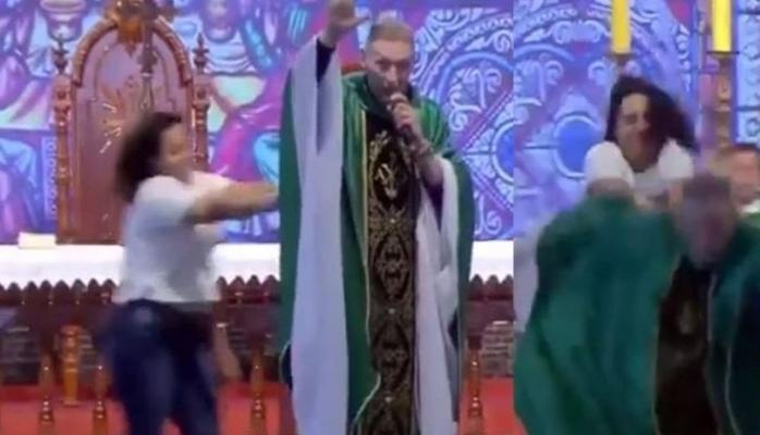 Rahibin sahneden itilme anı VİDEO