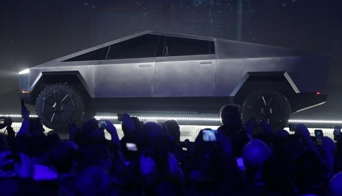 Tesla zırhlı dediği camları tanıtımda kırdı