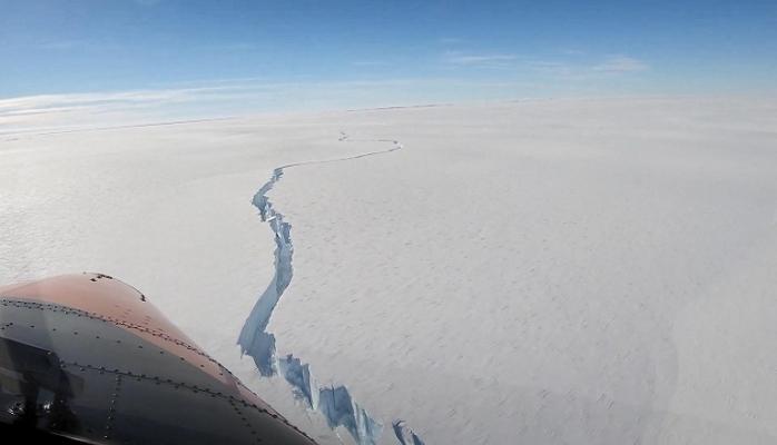 Dev buz kütlesindeki yarıklar endişe yarattı!